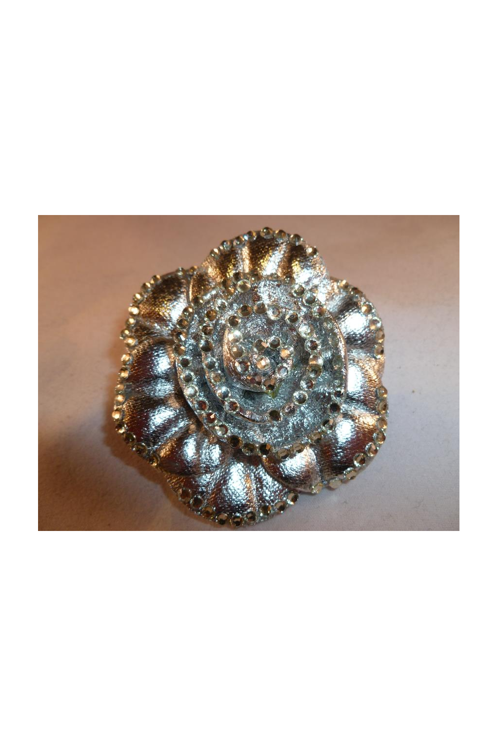 Brooch clip shoe. Lge flower with crystal