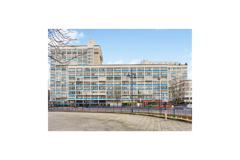 Pool transparent sky london. Bright central apartment with