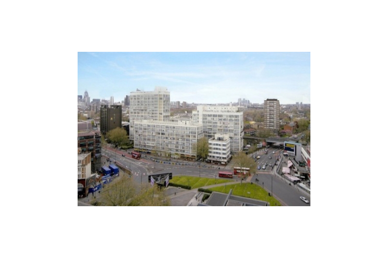 Swimming transparent sky london. Bright central apartment with