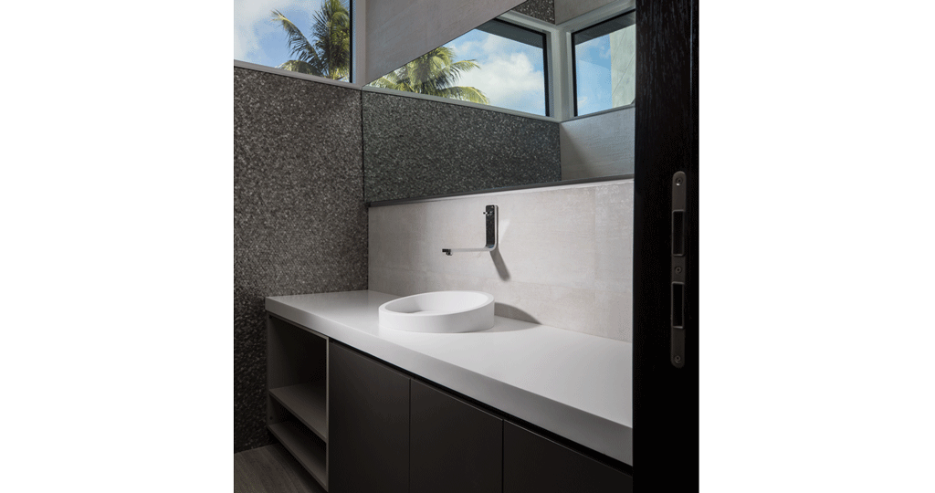 Transparent personality bathroom. Porcelanosa grupo projects a